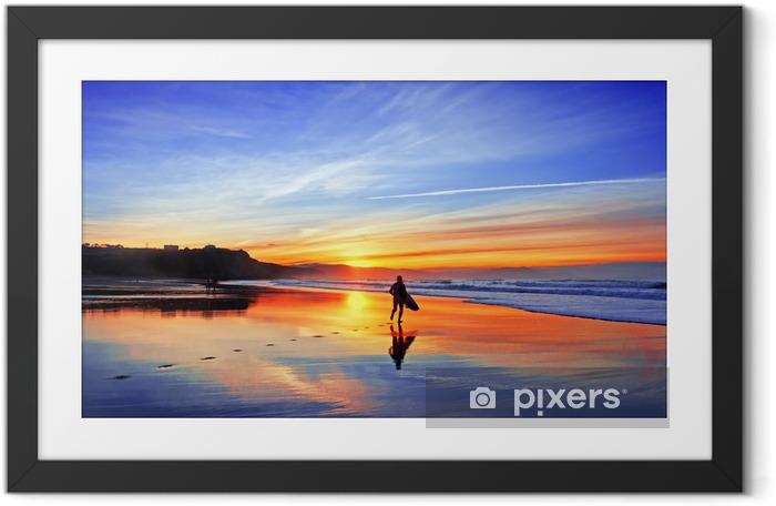 Ingelijste Poster Surfer in het strand bij zonsondergang - Thema's