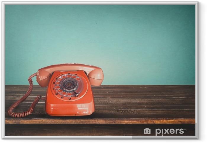 Poster en cadre Vieux téléphone rouge rétro sur la table avec vintage pastel fond vert -