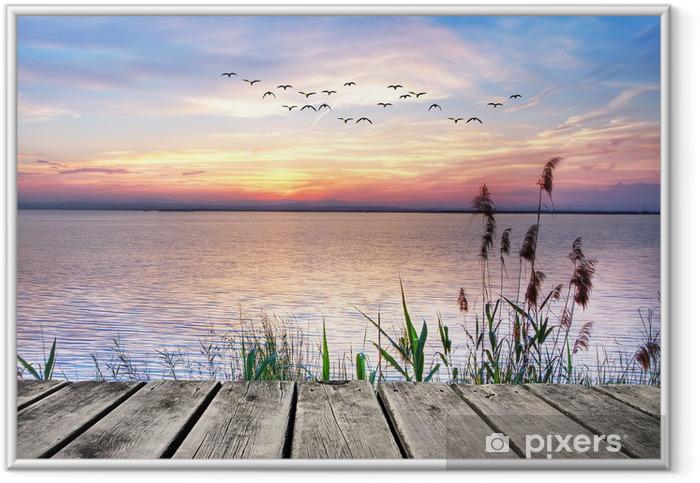 Plakat w ramie Drewniany pomost na tle zachodzącego słońca -