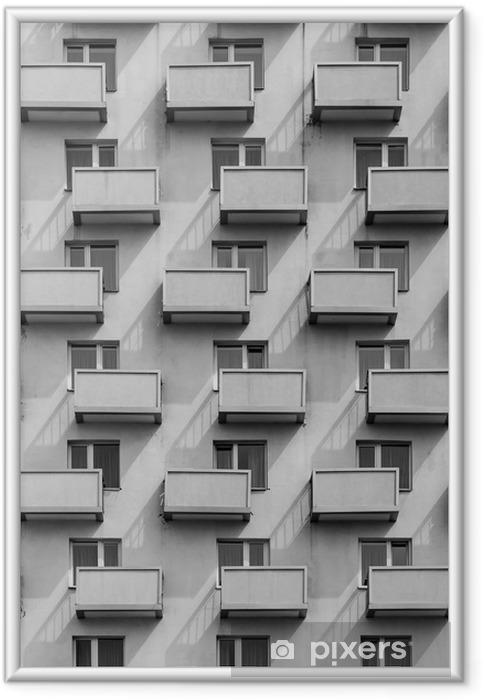 Ingelijste Poster Een gebouw met identieke balkons en ramen met een schaduw op de muur - Gebouwen en Architectuur