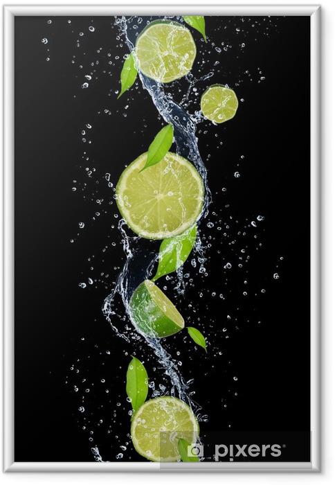 Ingelijste Poster Kalk in het water splash, geïsoleerd op zwarte achtergrond -