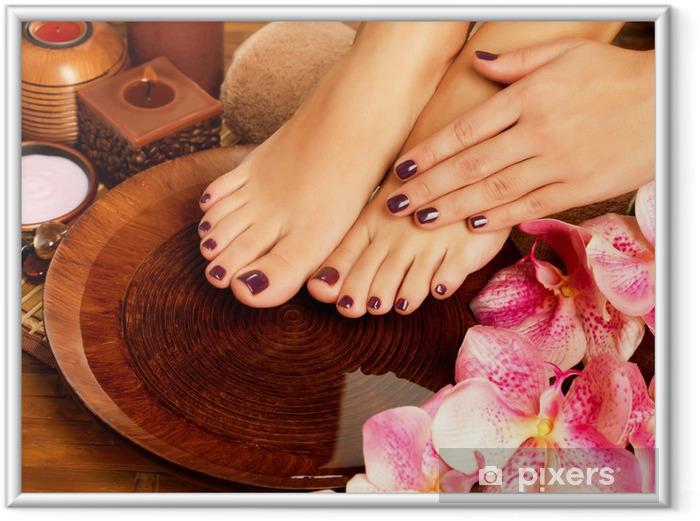 Ingelijste Poster Vrouwelijke voeten op spa salon op pedicure procedure -