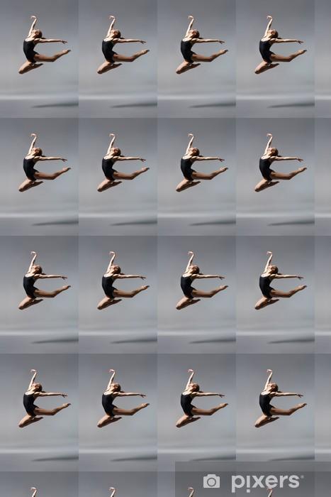 Vinylová tapeta na míru Mladá krásná baletka na šedém pozadí - Osud