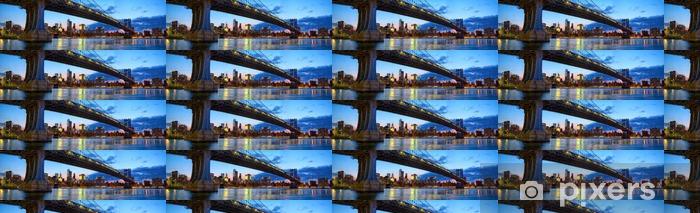 Vinyltapete nach Maß Manhattan-Brücke Panorama mit Skyline und Brooklyn-Brücke in der Abenddämmerung, New York - Reisen