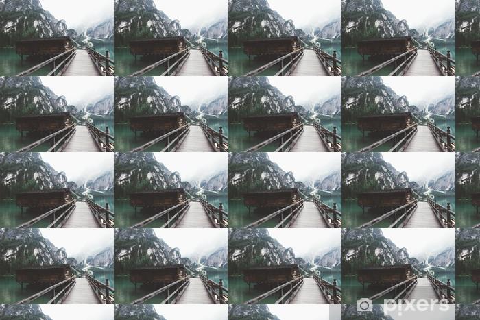 Vinylová tapeta na míru Dřevěné molo na jezeře Braies s horami a trees__ - Krajiny