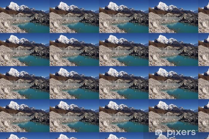 Papier peint vinyle sur mesure Paysage népalais pittoresque avec un lac et Arakam Tse 6423m - Thèmes