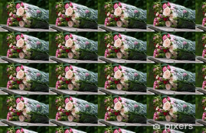 Tapeta na wymiar winylowa Piękny bukiet róż owinięte w przezroczystej folii - Kwiaty