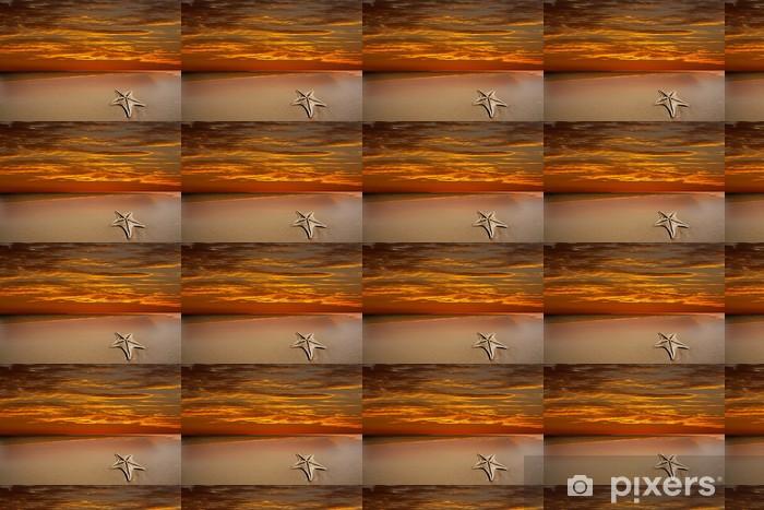 Vinyltapete nach Maß Tropischer Strand mit dramatischen roten Himmel und Seesterne - Wasser