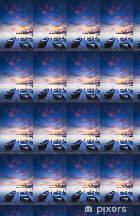 Vinyltapete nach Maß Ruhige Sonnenaufgang mit dramatischen Himmel und Boote und eine Anlegestelle - Jahreszeiten