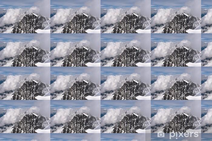 Papier peint vinyle sur mesure Les sommets des montagnes enneigées dans les nuages. Alpes françaises, Chamonix. - Vacances