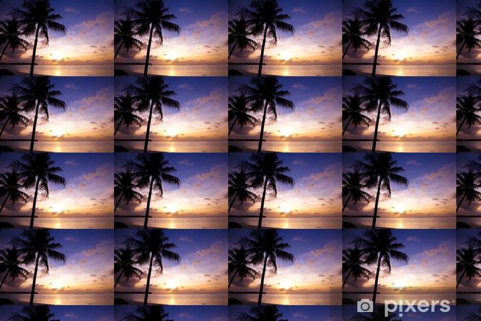 Vinyl behang, op maat gemaakt Prachtige zonsondergang op het tropische strand en kokospalmen - Water