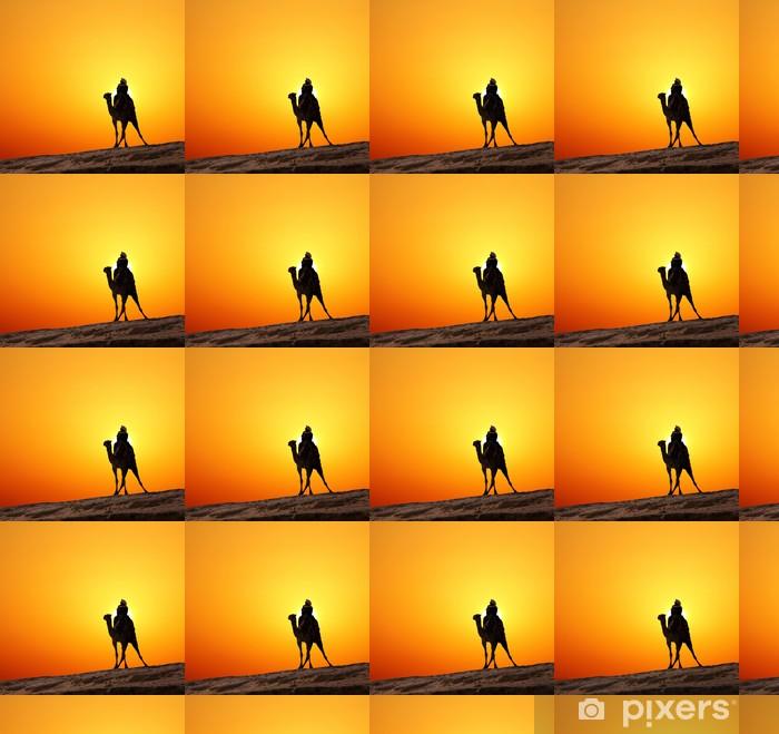 Papier peint vinyle sur mesure Bédouin sur le chameau silhouette contre le lever du soleil - Afrique