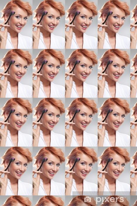 Vinyltapete nach Maß Schöne lächelnde Frau mit dermaroller auf Gesicht - Beauty und Körperpflege
