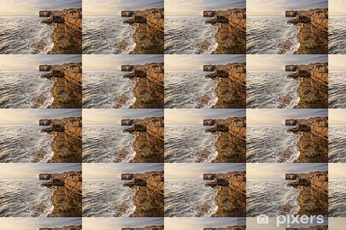Vinylová tapeta na míru Ohromující geologické skalní útes útvary s vlnami zřítilo v - Voda