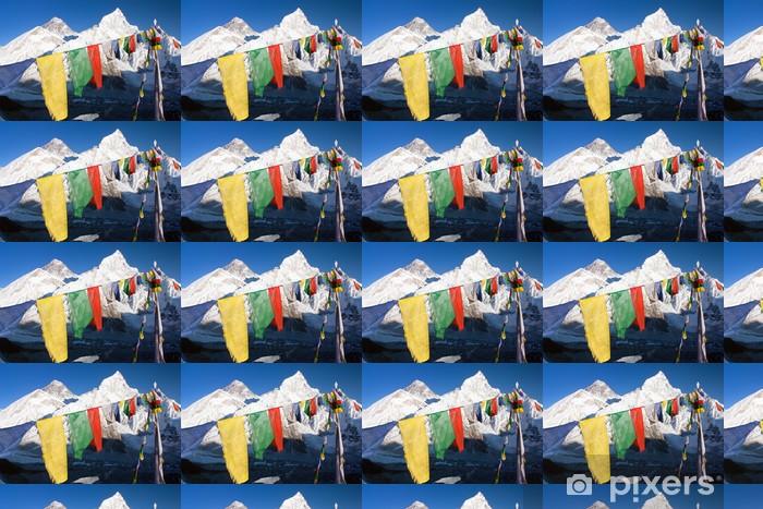 Papier peint vinyle sur mesure Voir l'Everest avec des drapeaux de prière bouddhistes de Kala Patthar - Thèmes