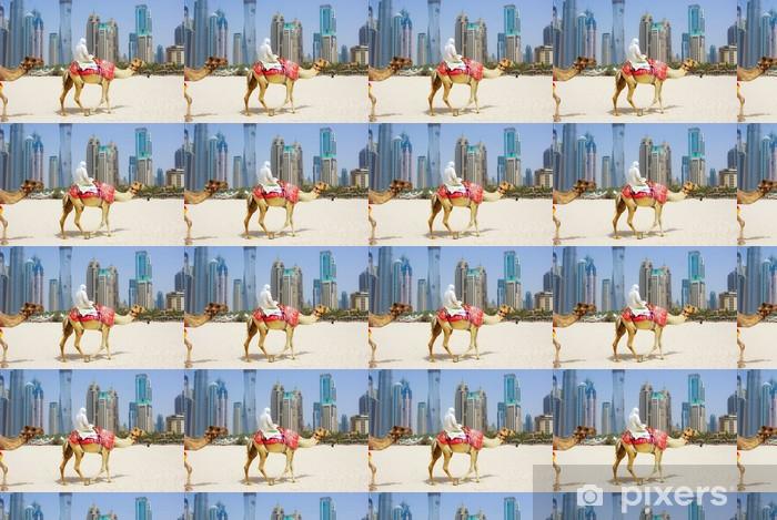 Papier peint vinyle sur mesure Dubai Camel sur la ville scape backround, Emirats Arabes Unis. - Moyen Orient
