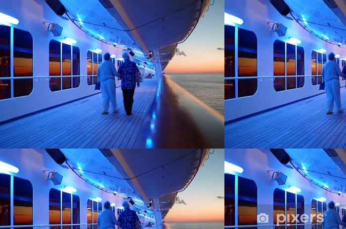 Tapeta winylowa Para starszych chodzenie na pokładzie statku w godzinach wieczornych - Transport wodny
