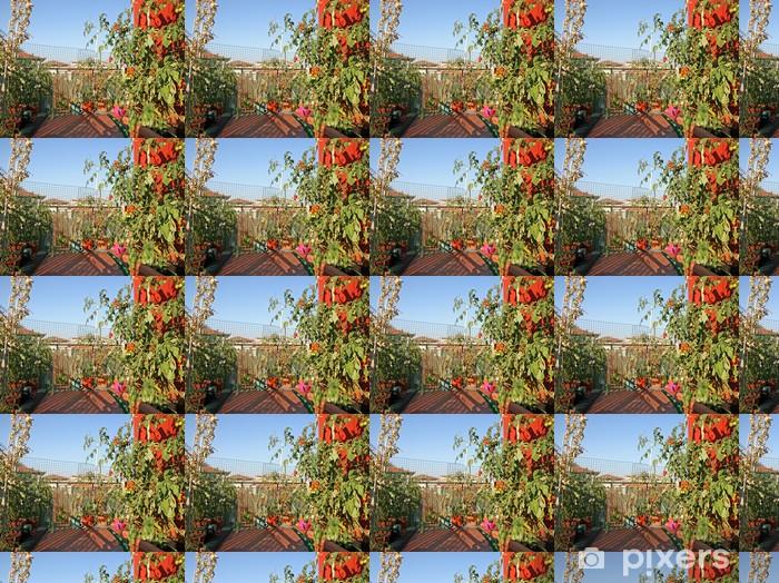 Tapeta na wymiar winylowa Czerwone pomidory uprawiane w doniczce na tarasie apartamentu w budownictw - Dom i ogród