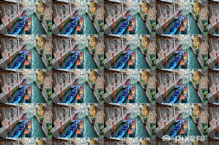 Tapeta na wymiar winylowa Typowy miejski widok z kanału, łodzi i domów w Wenecji - Europa
