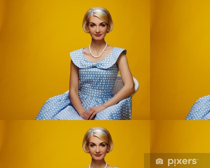 Vinylová Tapeta Krásná usměvavá žena v modrých šatech - Žena