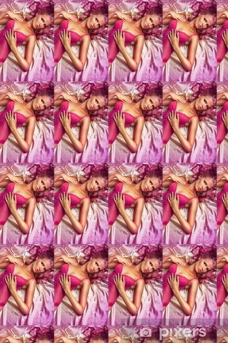 Vinylová tapeta na míru Růžový sexy dívka na posteli - Spodní prádlo