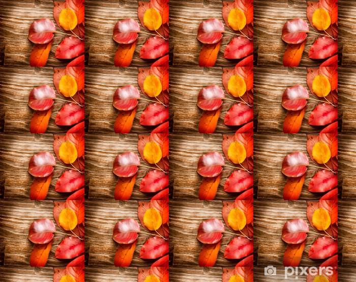 Papier peint vinyle sur mesure Feuilles d'automne sur fond de bois. Automne - Saisons