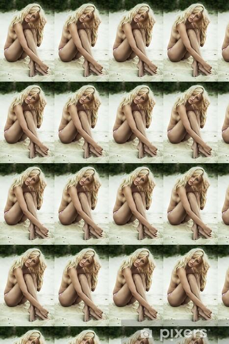 Vinyltapete nach Maß Sinnliche Frau posiert am Strand - Frauen