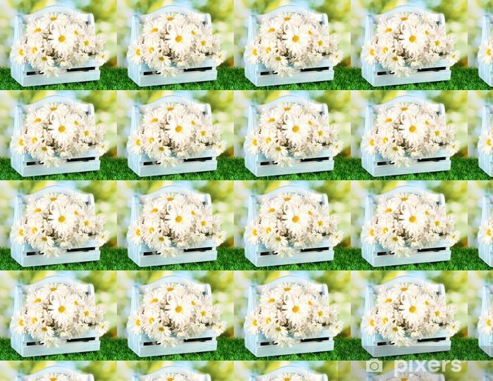 Papier peint vinyle sur mesure Fleurs dans une boîte en bois sur l'herbe sur fond clair - Fleurs