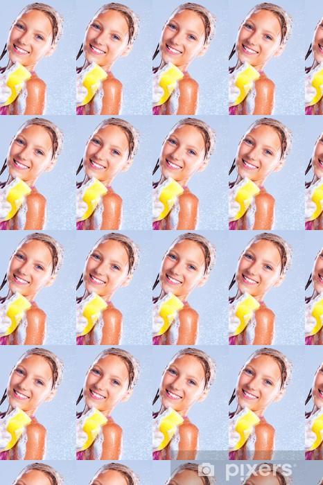 Papier peint vinyle sur mesure Jeune fille heureuse de prendre une douche. Baignade - Adolescents