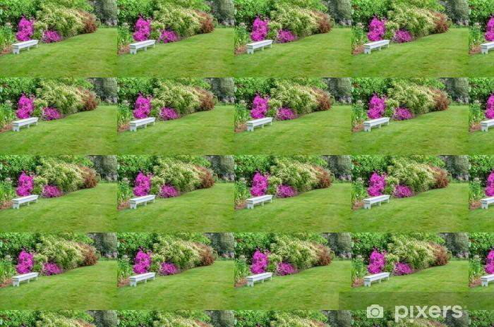 Papier peint vinyle sur mesure Paysager scène de jardin avec banc blanc - Nature et régions sauvages