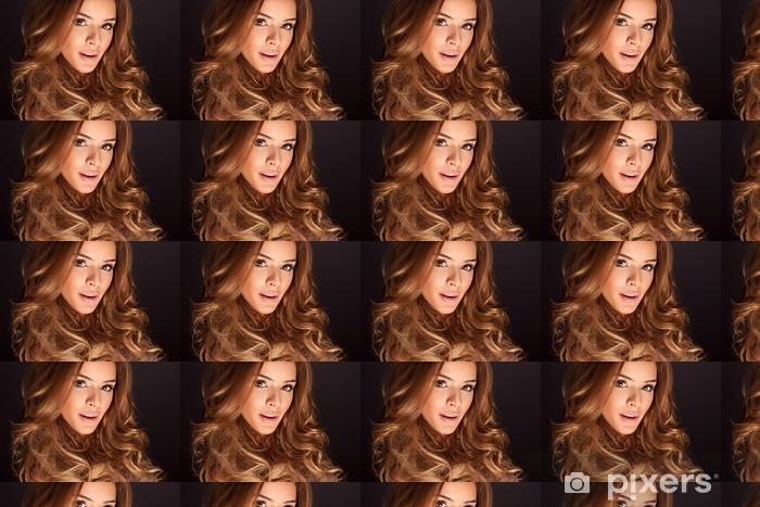 Tapeta na wymiar winylowa Portret młodej kobiety z pięknym włosów i oczu - Kobiety