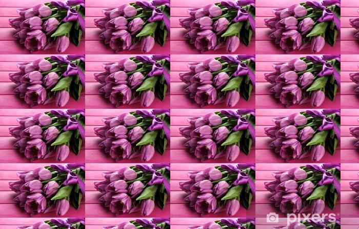 Papier peint vinyle sur mesure Beau bouquet de tulipes pourpres sur fond de bois de rose - Thèmes