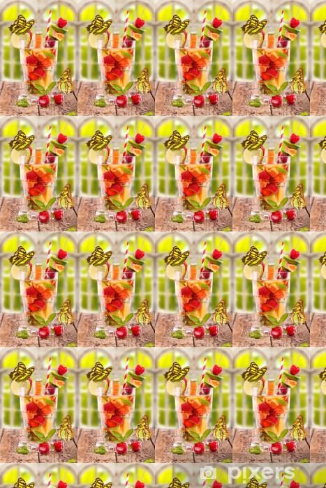 Tapeta na wymiar winylowa Świeże owoce koktajl w oknie z motylami - Alkohol