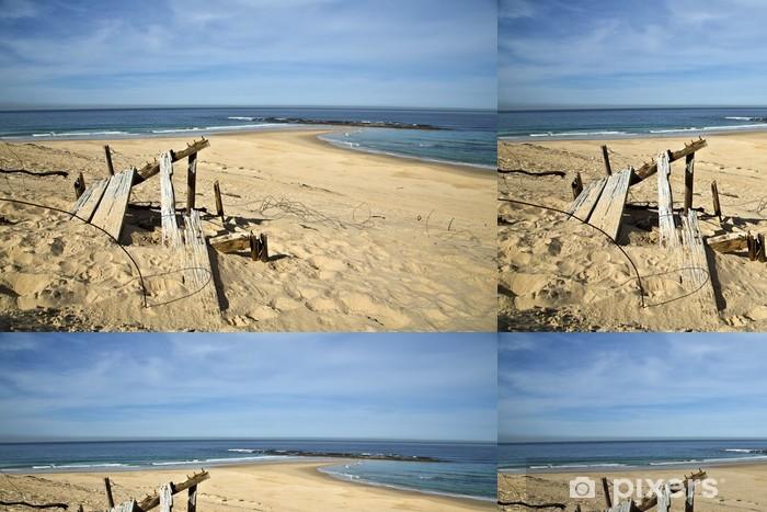 Papel de Parede em Vinil A wooden wreck on the beach - Água