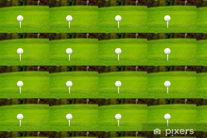 Tapeta na wymiar winylowa Piłeczka golfowa na tee w pięknym polu golfowym - Sporty indywidualne