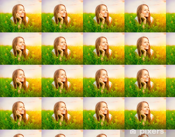Vinyltapete nach Maß Schönheit Mädchen in der Wiese liegen auf grünem Gras - Frauen