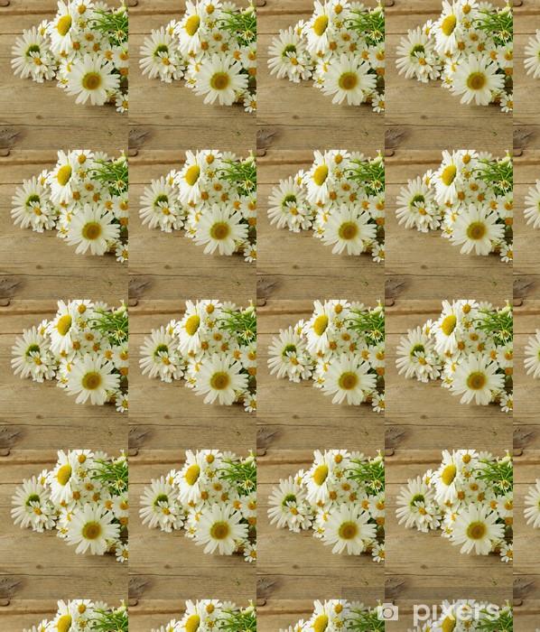 Papel pintado estándar a medida Ramo de margaritas frescas sobre un fondo de madera - Flores