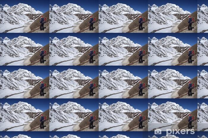 Papier peint vinyle sur mesure Randonneur dans les montagnes - Thèmes