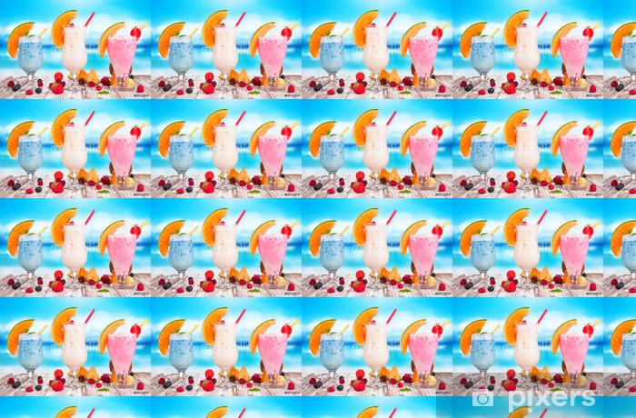 Vinylová tapeta na míru Letní nápoj s rozostření pláži na pozadí - Alkohol