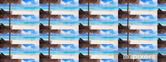 Tapeta na wymiar winylowa Leżaki i parasol na tropikalnej plaży - Wakacje
