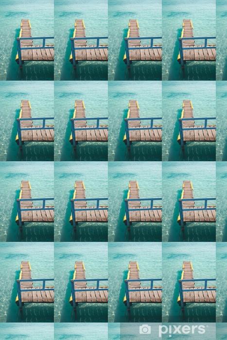 Papier peint vinyle sur mesure Vieux quai de bois sur une mer d'eau turquoise. - Vacances