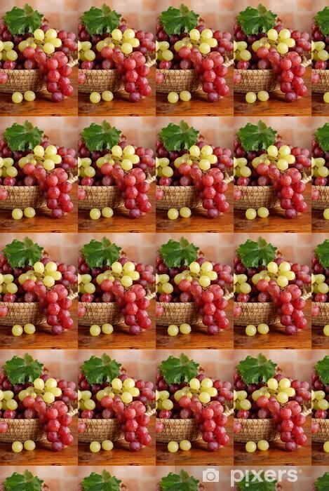 Tapeta na wymiar winylowa Skupiska czarnych i białych winogron w koszu - Owoce