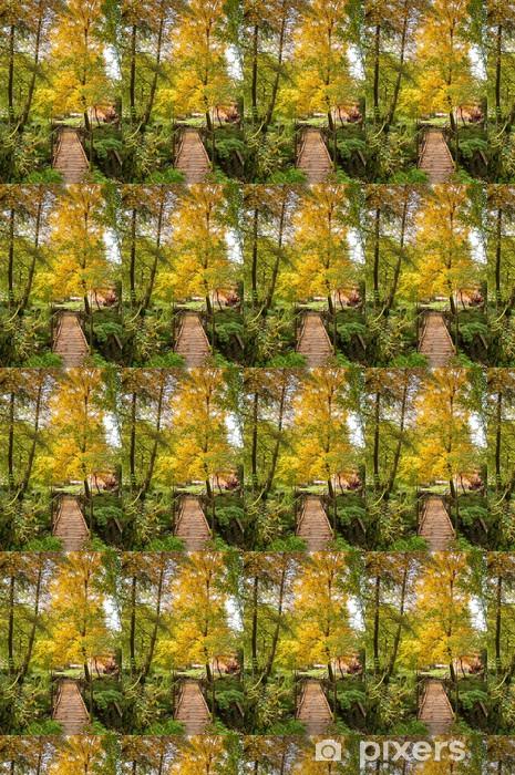 Vinyltapete nach Maß Holz-Fußgängerbrücke in einem herbstlichen schönen lanscape. - Berge