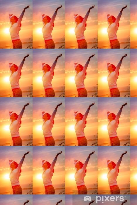 Papier peint vinyle sur mesure Jouir de la liberté et de la vie sur le coucher du soleil - Réussite