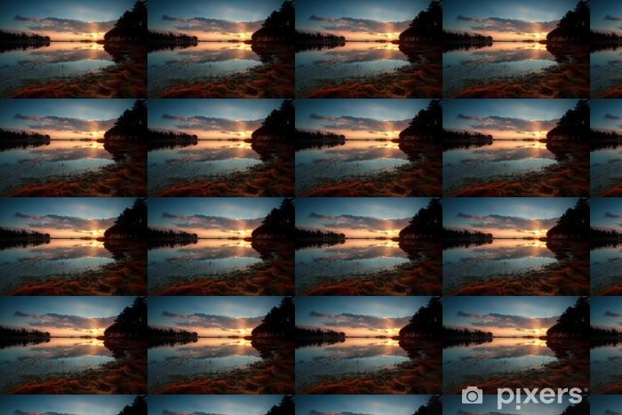 Vinylová tapeta na míru Zlatý východ slunce nad jezerem v lese - Nebe