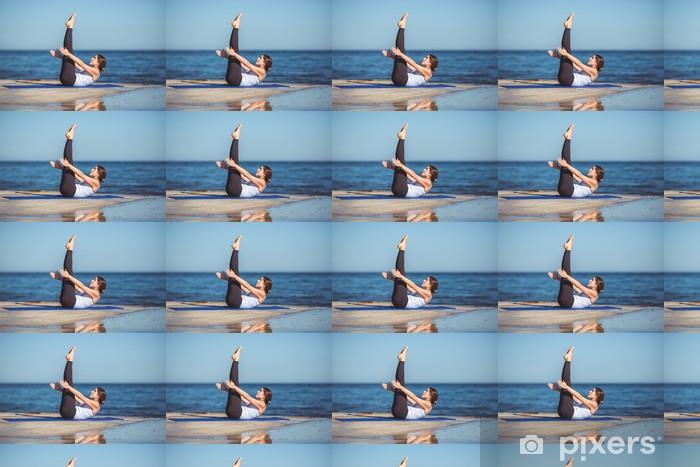 Tapeta na wymiar winylowa Młoda piękna kobieta na plaży podejmowania jogi - Wakacje