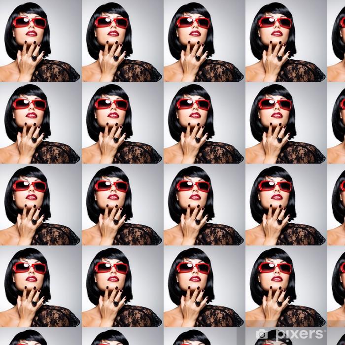 Papier peint vinyle sur mesure Belle femme brune avec coiffure tourné avec  des lunettes de soleil 87aef60d90fe