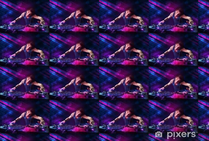 Vinyl behang, op maat gemaakt Jonge DJ spelen op draaitafels met kleur licht effecten - Amusement
