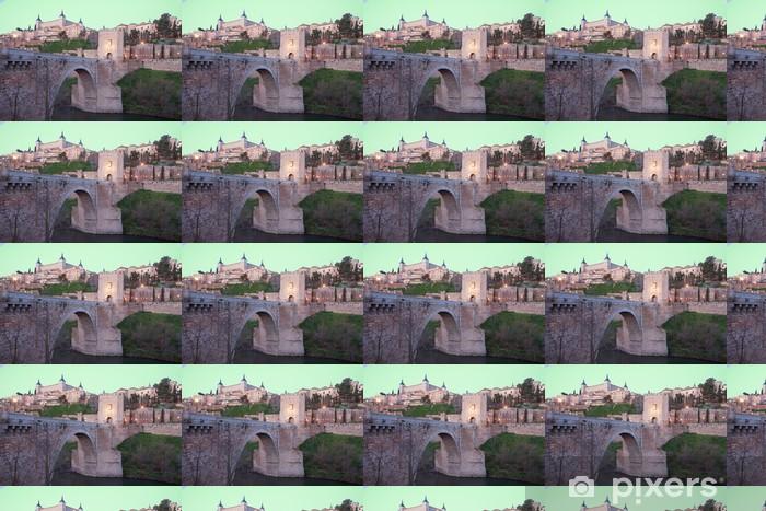 Papier peint vinyle sur mesure Toledo - Alcazar et le point pont d'Alcantara dans le crépuscule du matin - Europe