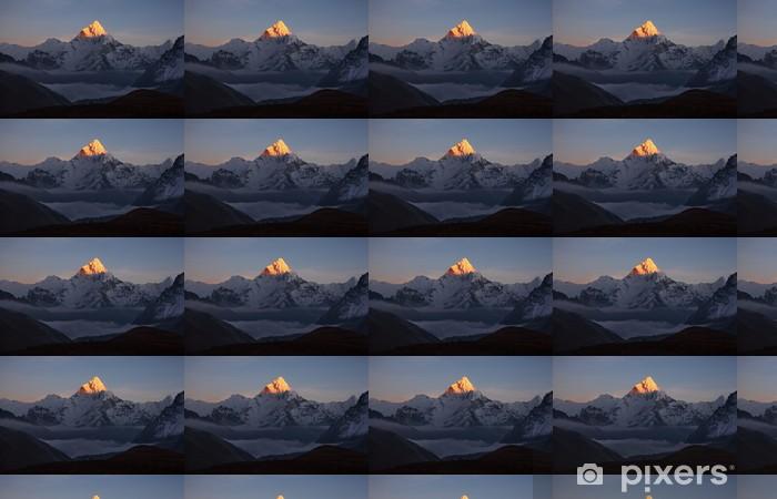 Papier peint vinyle sur mesure Pyramide d'or de l'Ama Dablam pic (6856 m) au coucher du soleil. - Thèmes